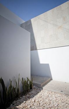 The warm architects designed the beautiful residence named cereza house and it is located in cancun, mexico. Here are some amazing pictures of ceraza house, you must see! Creative Architecture, Minimalist Architecture, Residential Architecture, Amazing Architecture, Patio Interior, Interior Exterior, Interior Design, Floating Staircase, Modern Buildings