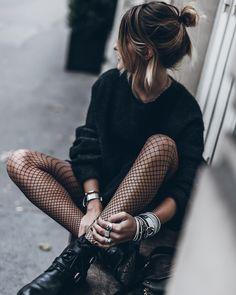 vetement femme, collants à carreaux noirs et bottines en cuir avec boucles et lacets, coiffure cheveux attachés en chignon haut avec mèches devant