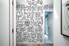 Fans de Keith Haring, découvrez ces tous nouveaux Panneaux muraux 'Symboles' géants en toile auto-adhésive regroupant tous les personnages cultes de l'univers de Keith Haring! Chaque pack permet de réaliser une fresque de 2,43m de haut x 1,80m de large, soit environ 4,37 m2!