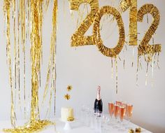 Tinsel Banner - Top 32 Sparkling DIY Decoration Ideas For New Years Eve Party Diy New Years Party Decorations, Birthday Party Decorations, Birthday Parties, Nye Party, Party Kit, Party Ideas, Gold Party, Glitter Party, Prom Party