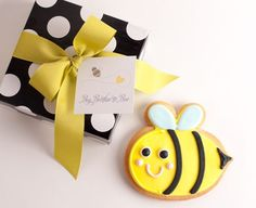 Cute way to announce pregnancy.. 'Grandparents to Bee', 'Big Sister to Bee', etc. FlourPot Cookies