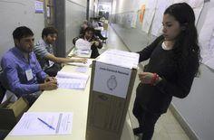 En las elecciones de este domingo podrán participar por primera vez los jóvenes de 16 y 17 años, luego de que el 31 de octubre del año pasado la Cámara de Diputados sancionara la ley 26.774 de Ciudadanía Argentina, que los habilita a votar. (EFE)