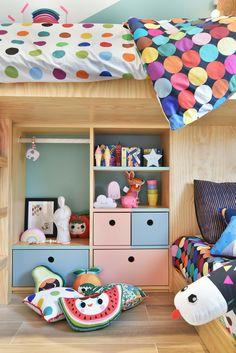 Quartinho sem gênero com @amomooui projeto da arquiteta Carol Miluzzi que apostou nas cores da nossa roupa de cama para criar um ambiente lúdico e divertido e encher essa cama casinha maravilhosa de vida! As estampas neutras da nossa coleção como TWISTER e CHUVA COLORIDA combinam com tudo e ainda trazem mais personalidade para o quarto. #kidsroom #quartosemgenero #quartocolorido #divertido #decoracao