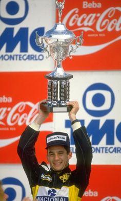 Vitória? Não. A alegria de Senna no pódio de Jacarepaguá após terminar em segundo, atrás de Nelson Piquet, no GP do Brasil de 1986. Foi o primeiro pódio de Senna no país, o único no Rio de Janeiro