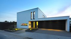 Modern residence in Germany. Morden House, Flat Roof House, Futuristic Home, Garage Door Design, Amazing Buildings, Commercial Architecture, Modern House Plans, Decoration Table, Model Homes