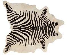 Gehen Sie mit Kuhfell-Teppich Zebra aus Leder wie auf Wolken. Entdecken Sie jetzt weitere tolle Teppiche von POLS POTTEN auf >> WestwingNow.