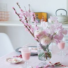 3月3日は桃の節句。桃の花を飾られている方も多いのではないでしょうか? どんなインテリアにも似合う生け方のコツを、花色配色のポイントとともにお伝えします。