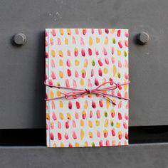 Graues DIN A5 Tagebuch mit pink Farbkleksen und einem Lederband