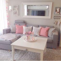 Sala decorada em tons pastel: cinza e rosa