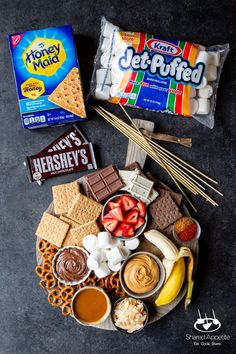 Brunch, Party Food Platters, Charcuterie And Cheese Board, S'mores Bar, Campfire Food, Snacks Für Party, Chocolates, Dessert Recipes, Party Recipes