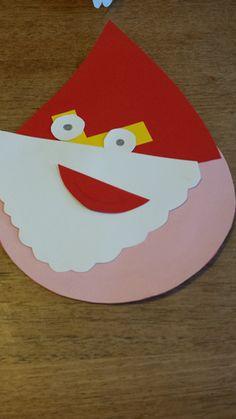 Een dreumes een Sinterklaas gezicht laten plakken. Dat geeft een heel leuk effect!