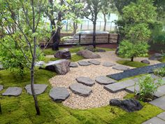 苔と飛び石 Use irregular step stones to make paths like these.