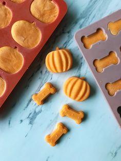 Dog Pumpkin, Frozen Pumpkin, Pumpkin Dog Treats, Homemade Dog Treats, Healthy Dog Treats, Dog Cake Recipes, Dog Biscuit Recipes, Dog Treat Recipes, Dog Food Recipes