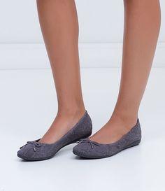 Sapatilha feminina    Material: couro    Com ponteira    Bico fino    Marca: Bottero    Com laço        Veja mais opções de   sapatilhas femininas.           COLEÇÃO INVERNO 2016          Sapatilha     Por ser um calçado confortável e elegante, a sapatilha é ideal para ser usado no dia-a-dia.             Sobre a Bottero     A Bottero é uma das maiores fabricantes de calçados femininos do país. Seu objetivo é oferecer sapatos femininos com design, conforto e qualidade dentro do mesmo…