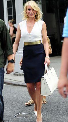 Monocromo elegantes: Cameron Diaz deslumbra en un vestido blanco y negro como los puntales a lo largo de las calles de Nueva York el martes por la tarde