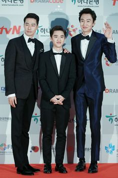 Kyungsoo being towered by two tall Giants. Especially that one of them is 1.9m tall