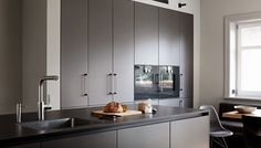 Vila Hamburg III | realizácie kuchyne Eggersmann Conference Room, Kitchen Cabinets, Table, Furniture, Home Decor, Ideas, Hamburg, Kitchen Contemporary, Kitchen Maid Cabinets