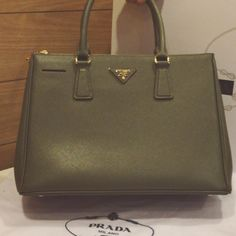 Tata ~ due to light effect, this bag is grey, will record a new video tomorrow! Prada Classic bn 2274 saffiano leather FOLLOW US on INSTA: mybrandcity