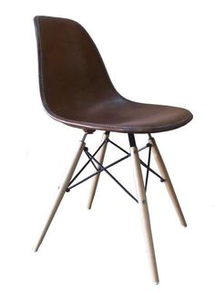 1000 images about stoelen on pinterest eames chairs for Chaise eames cuir
