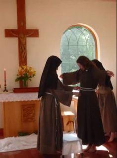 Clarissas Coletinas - Tomada de hábito - Cingindo a túnica com o cordão franciscano.