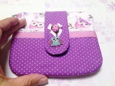 Acompanhe o passo à passo de como fazer uma carteira de tecido com zíper atrás, na parte superior e bolso com botão na frente.