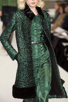 Oscar de la Renta at New York Fashion Week Fall 2010 - Details Runway Photos Gypsy Fashion, Green Fashion, High Fashion, Womens Fashion, Mode Chic, Mode Style, Looks Style, New York Fashion, All About Fashion