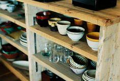 <p>足場板の古材で作った食器棚。見た目はワイルドですが、棚板の高さ変更が可能な気のつくデザイン。</p>
