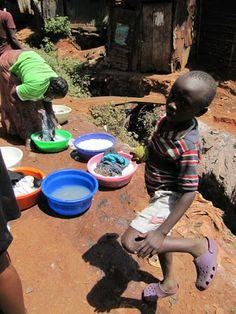 Pyykinpesua Nairobin slummissa.