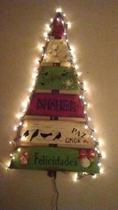 Winter Wood Crafts, Wooden Christmas Crafts, Pallet Christmas Tree, Christmas Signs, Diy Christmas Ornaments, Xmas Tree, Alternative Christmas Tree, Xmas Decorations, Crafts For Kids
