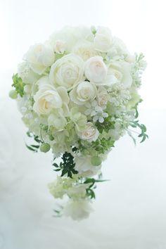 セミキャスケードブーケ 白のバラと小花で : 一会 ウエディングの花