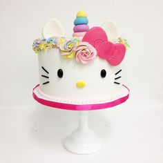 50 Most Beautiful looking Fondant Cake Design that you can make or get it made on the coming birthday. Hello Kitty Cake Design, Hello Kitty Torte, Bolo Da Hello Kitty, Hello Kitty Fondant, Hello Kitty Cupcakes, Hello Kitty Theme Party, Hello Kitty Birthday Cake, Raspberry Smoothie, Apple Smoothies