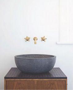 Bad-Ideen: Waschbecken aus Beton, Wasserhahn aus Messing http://www.leuchtend-grau.de/2014/07/go-for-gold.html