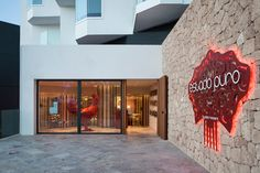 Paco Roncero, renowned chef from Madrid with two Michelin stars and three suns in the Repsol Guide, has opened Estado Puro, one of the culinary offerings of the new Hard Rock Hotel Ibiza. Cafe Bar, Cafe Restaurant, Restaurant Design, Hard Rock Hotel Ibiza, Spanish Design, Ibiza Spain, Retail Store Design, Private Club, Commercial Interiors