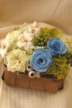 『ブルーのバラとホワイトデルフィニウム 』  お誕生日用にて、ご注文頂きました。  デルフィニウムを使って、ブルーのバラとグリーンで。木の実などをプラス。