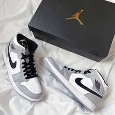 Air Jordan 1 Mid Light Smoke Grey 554724-092 Jordan 1 Gray, Jordan 1 Mid, Jordan Swag, Air Jordan Retro, Sneakers Fashion, Fashion Shoes, Shoes Sneakers, Grey Sneakers, Winter Sneakers