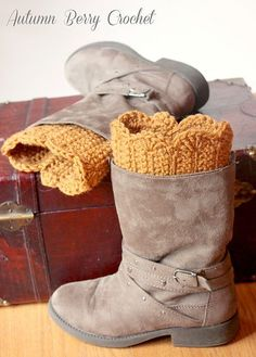 Scalloped Boot Cuffs - free crochet boot cuff pattern on Ravelry. Crochet Gratis, Crochet Boots, Crochet Slippers, Knit Or Crochet, Crochet Scarves, Crochet Clothes, Free Crochet, Ravelry Crochet, Knitting Patterns Free