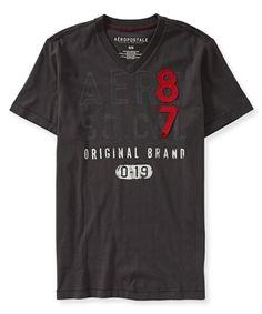 Camiseta aeropostale masculina com estampa e aplique. Gola V com modelagem corte reto. Confeccionada em 100% algodão, possui um caimento leve e toque macio. Camiseta original.