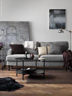 Soffan STOCKSUND i klassisk howardmodell. Här som33-sits soffa i Nolhaga gråbeige med svarta träben.