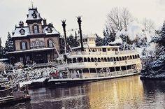 Seasons Screamings! #PhantomManor #RavenswoodManor #Frontierland #Disneyland #DisneylandParis #Disney #Christmas #SeasonsGreetings #SeasonsScreamings