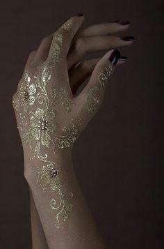 Jolie idée tatouage henné or