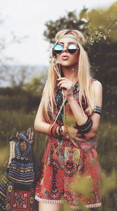 coiffure hippie, vêtement et sac à dos en motifs ethniques, lunettes de soleil