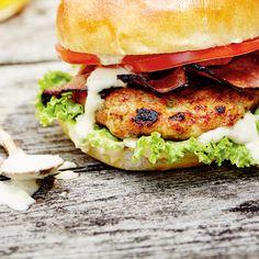 Burger de poulet, bacon et sauce mayonnaise aux câpres Dinners For Kids, Mayonnaise, Salmon Burgers, Bacon, Bbq, Ethnic Recipes, Food, Coleslaw, Meal Prep