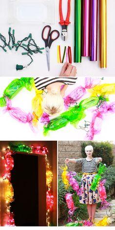 Utiliza papel de envoltorio brillante para crear gigantescos dulces con luz. | 46 Fabulosas ideas para utilizar tus luces navideñas en cualquier ocasión