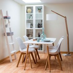 Un bonita mesa de comedor combinada en madera natural de haya y sobre lacado en blanco. Ideal para combinar con las sillas Slow o Rass. Su tamaño es perfecto para espacios reducidos: 140x80x73 cm.