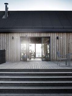 Mökkiinspiraatio skandinaavista mökkitunnelmaa is part of House cladding - Architecture Durable, Modern Architecture, Japanese Architecture, House Cladding, Timber Cladding, Summer Cabins, Modern Barn, Wooden House, Black House