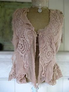 These are a few tops of the shabby chic or peasant genre which I feel represent Type 2 energy. Easil y scroll through the photos by cli. Boho Gypsy, Bohemian Style, Boho Chic, Boho Outfits, Vintage Outfits, Mundo Hippie, Look Boho, Romantic Outfit, Altered Couture