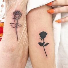 Small black rose tattoo ideas with meanings. The Most popular rose tattoo designs for women. Hand Tattoos, Body Art Tattoos, Small Tattoos, Tatoos, Feather Tattoos, Partner Tattoos, Tatuaje Old School, Tattoo Mutter, Petit Tattoo