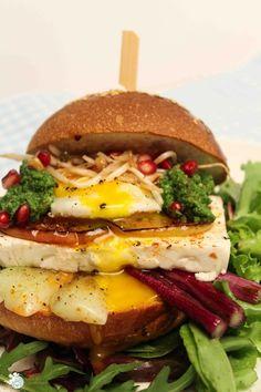 Rezept für Burger mit Feta Spiegelei Granatapfel Sprossen Pak Choi Zwiebeln