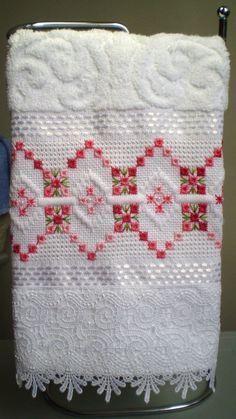 Marca: Karsten, 99% algodão e 1% viscose Medida: 33 x 50cm Cor: branca (melina) Trabalho: ponto reto e crivo O trabalho pode ser feito na cor que o cliente desejat Cores de toalhas disponíveis;branca e creme Bargello Needlepoint, Needlepoint Stitches, Needlework, Hardanger Embroidery, Ribbon Embroidery, Cross Stitch Embroidery, Embroidery Stitches Tutorial, Embroidery Designs, Cross Stitch Needles