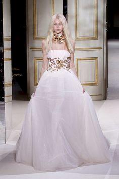 Eines der Highlights der Haute Couture Schau Frühling/Sommer 2013 von Giambattista Valli war das Brautkleid mit üppiger Stickerei, das das Model zum großen Finale auf dem Laufsteg zeigte.